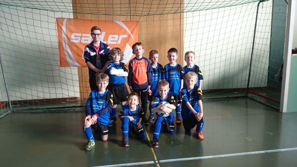 Die U7-Mannschaft vom TSV Uettingen erreichte den 3. Platz. Hinten v. l. n. r.: Timo (Co-Trainer), Janis, Linus, Lasse, Max und Tom Vorne v. l. n. r.: Timo, Nils, Moritz und Jonas